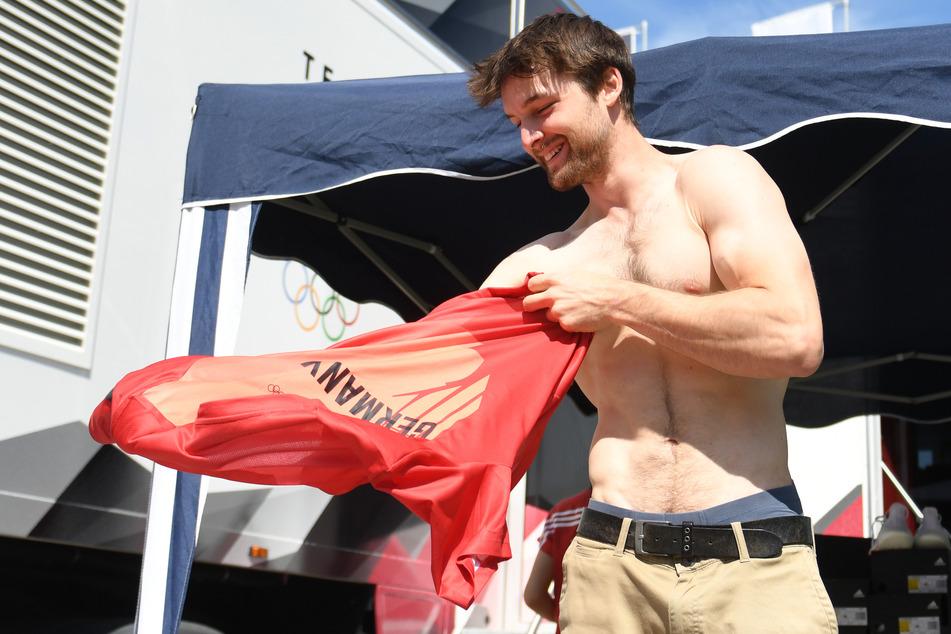 Auch Jan Hojer (29) holte sich bei dem Termin aus einem XXL-Truck neben dem Olympiastadion seine Kleidung ab.