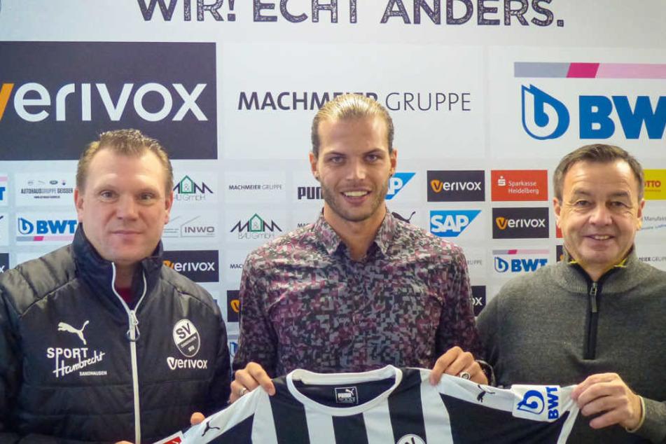 Dennis Diekmeier (Mitte) wird bei seinem neuen Verein SV Sandhausen vorgestellt.