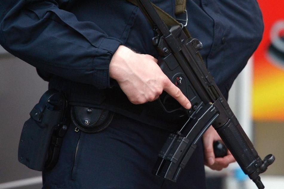 Elite-Polizisten des SEK erschossen einen Mann, der sie mit einer Waffe bedrohte.