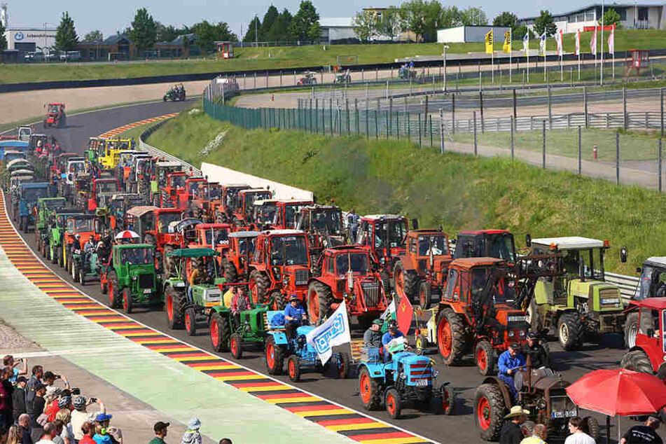 """Rund 500 russische Oldtimer-Traktoren sind dieses Wochenende beim """"Russentreffen"""" am Sachsenring."""