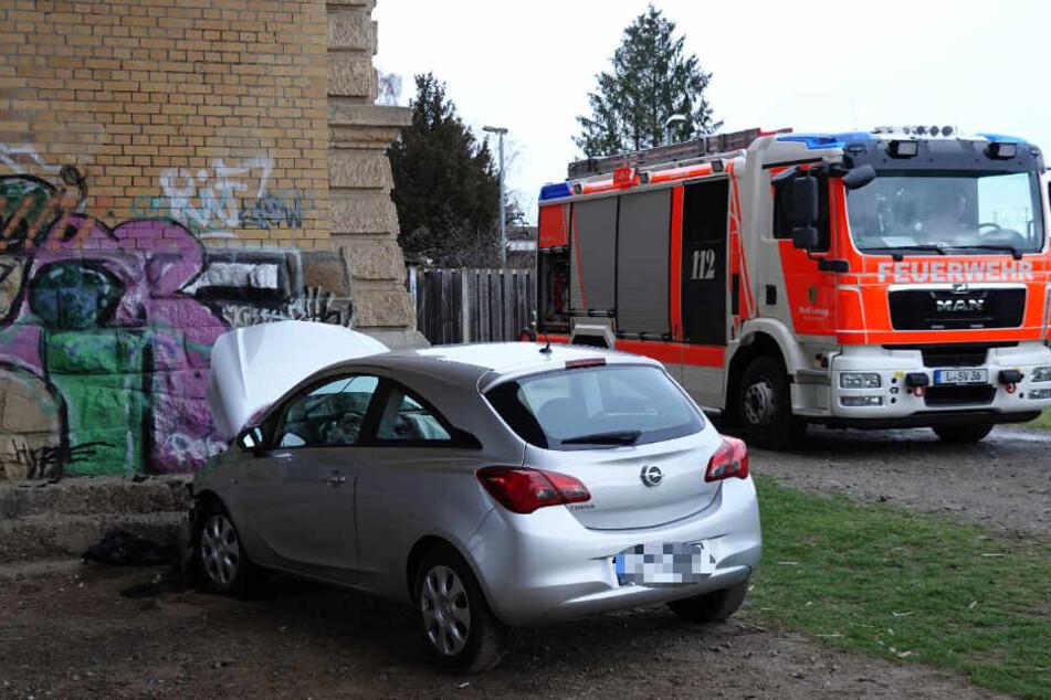 Im Leipziger Stadtteil Möckern ist ein 85-Jähriger mit seinem Auto gegen einen Pfeiler des dortigen Viadukts gerauscht.
