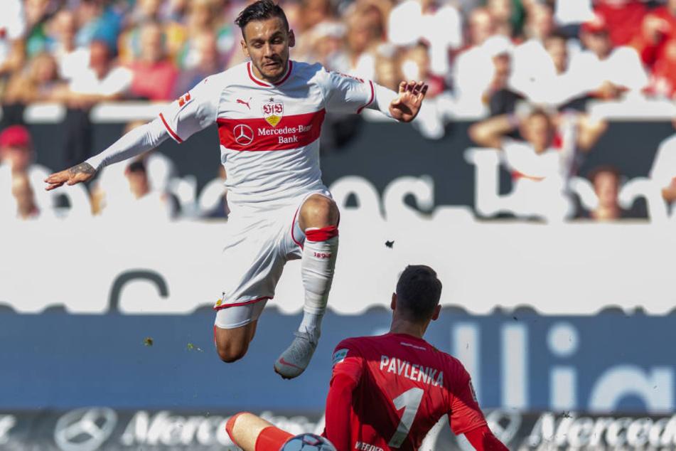 Anastasios Donis überwindet Bremens Torhüter Jiri Pavlenka (26) und erzielte das zwischenzeitliche 1:0 für den VfB.