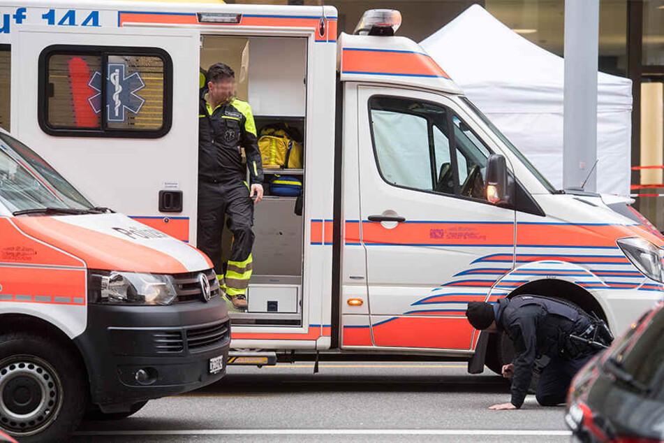 Die beiden verletzten Frauen wurden von Rettungskräften in ein Krankenhaus gebracht. (Symbolbild)