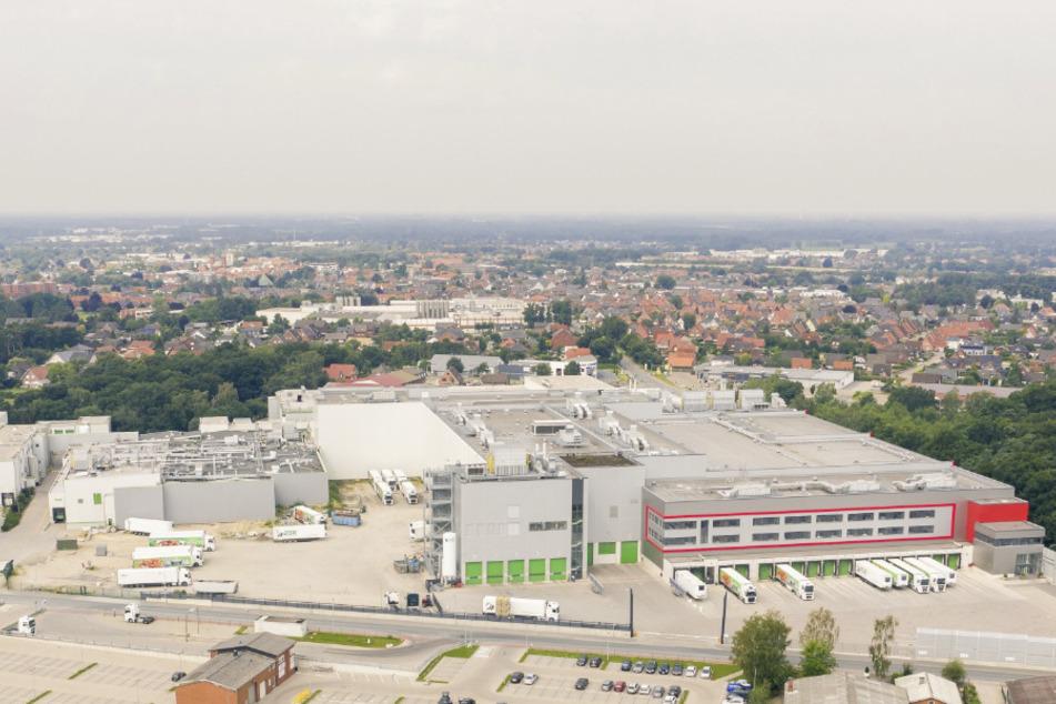Die Luftaufnahme zeigt den Wiesenhof-Hähnchenschlachthof im niedersächsischen Lohne, in dem 66 Menschen positiv auf das Coronavirus getestet wurden. (Archivbild)