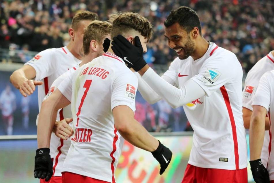 Sabitzer und Verteidiger Compper beim jubeln. Die Leipziger wollen auch am Samstagabend etwas Zählbares aus Dortmund entführen.