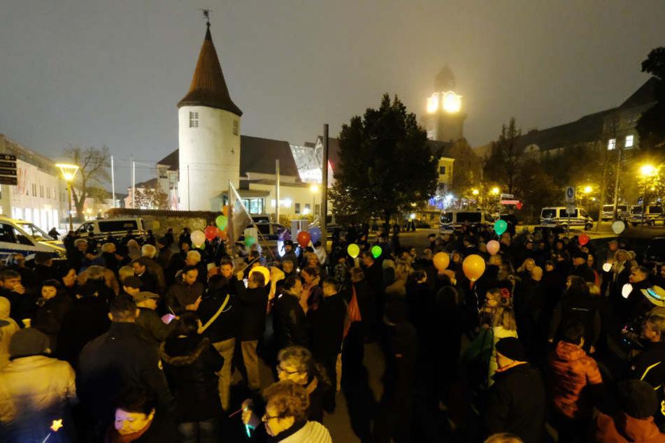 """Teilnehmer einer Demonstration gegen einen Aufmarsch der rechten Partei """"Der Dritte Weg"""" versammeln sich mit Luftballons in der Innenstadt."""