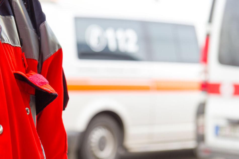 Ein Sanitäter ist am Unfallort im Einsatz. (Symbolbild)
