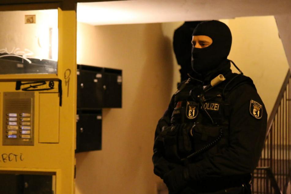 In Kreuzberg durchsucht die Polizei die Wohnungen von mutmaßlichen Tätern.