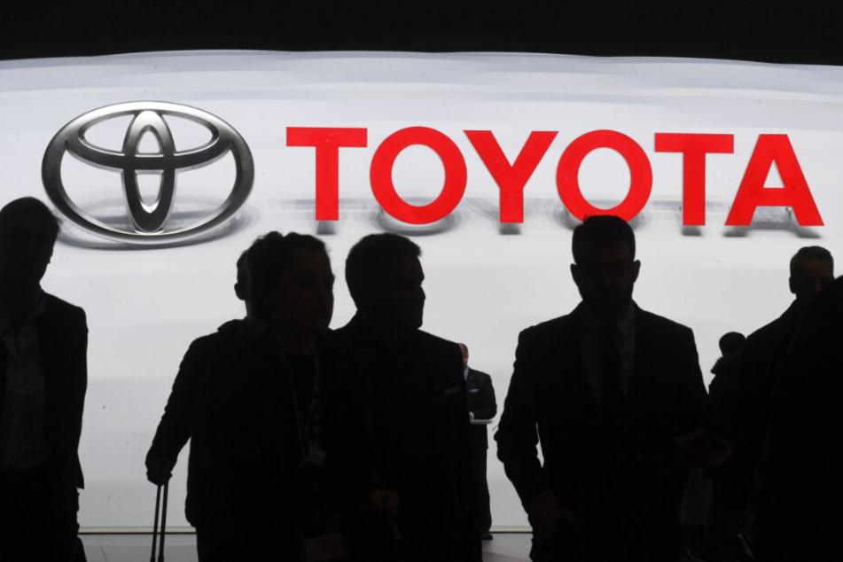 Ein Logo des Autoherstellers Toyota auf dem 89. Genfer Autosalon.