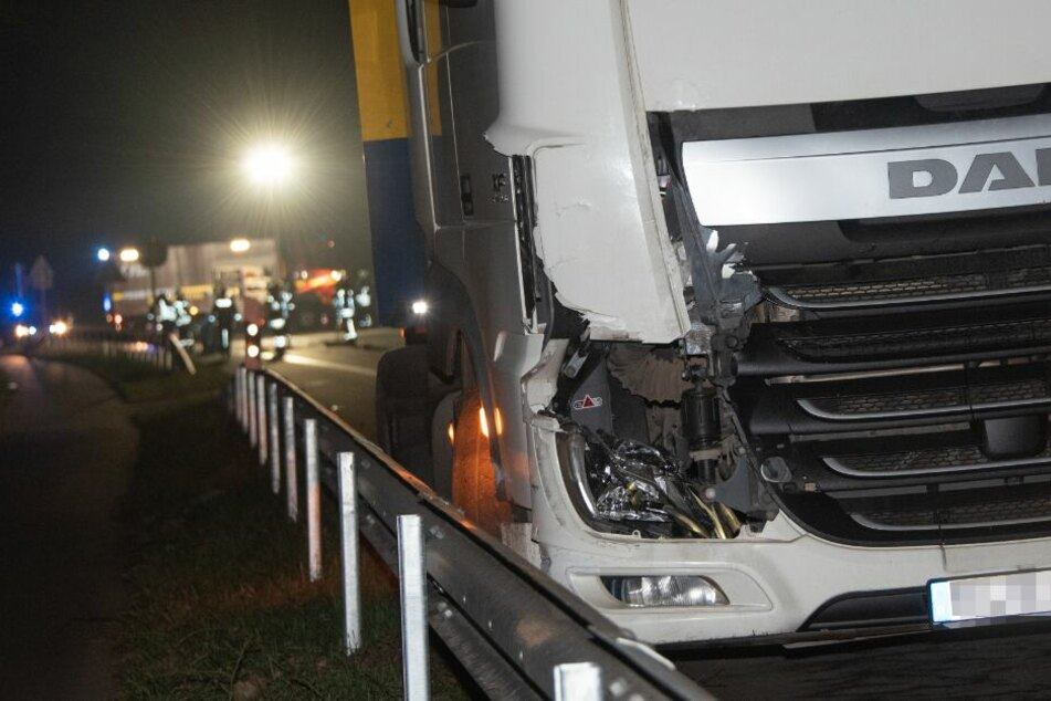 Am Lastwagen ist zu erkennen, wie schwer der Zusammenprall war.