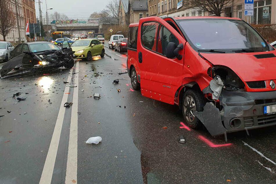 Ein BMW hatte offenbar einen Transporter gerammt.