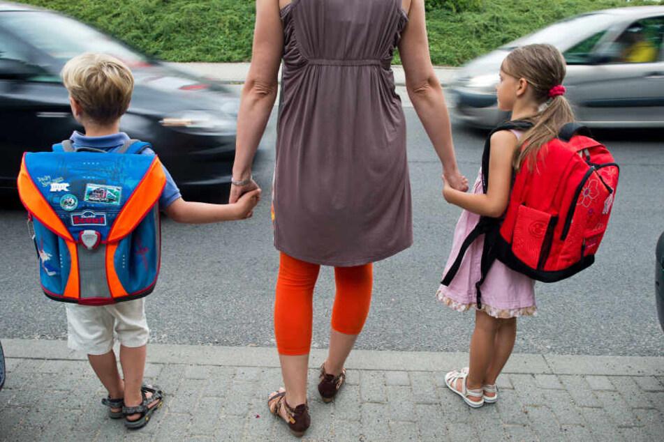 Experten empfehlen, dass Eltern mit ihren Kindern den Schulweg üben sollen.