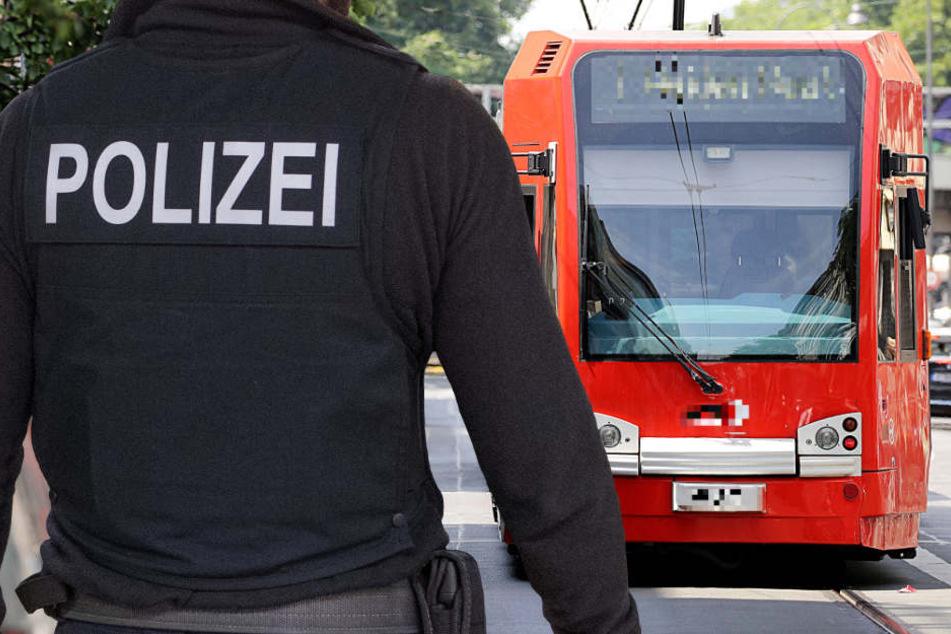 An einer Haltestelle konnte der Mann den Polizisten zunächst entkommen (Symbolbild).