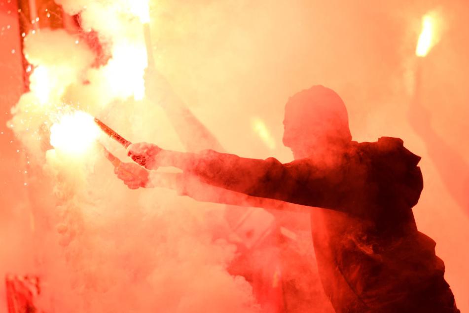 Den Ermittlungen zufolge gehören die Verdächtigen der Ultraszene des 1. FC Kaiserslautern an. (Symbolbild)