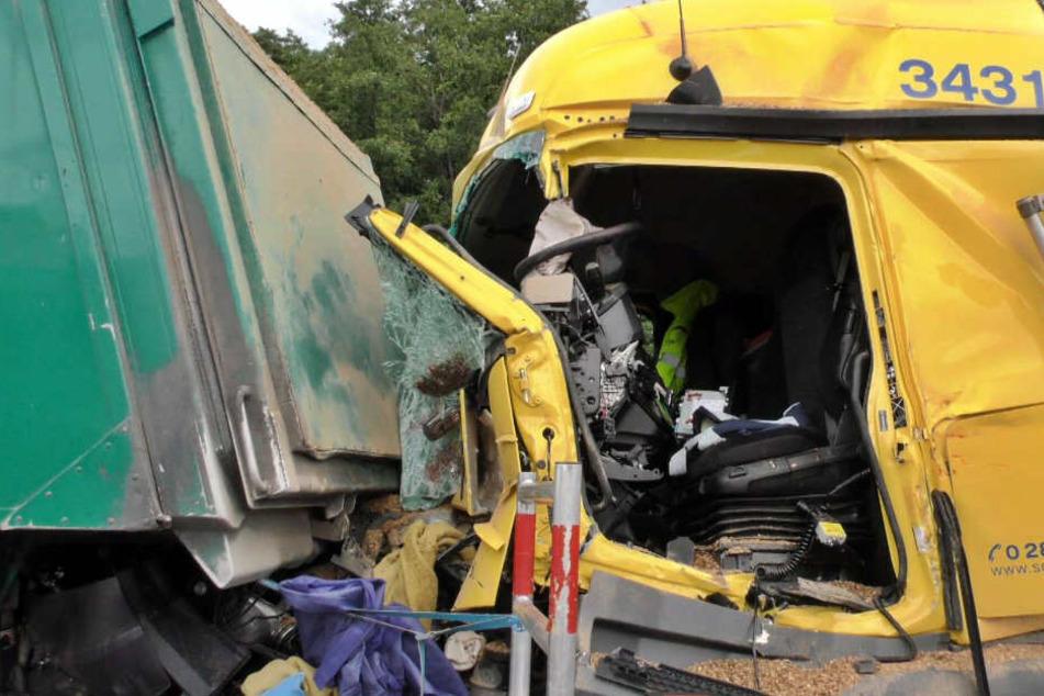 Aus einem Führerhaus musste ein LKW-Fahrer befreit werden.