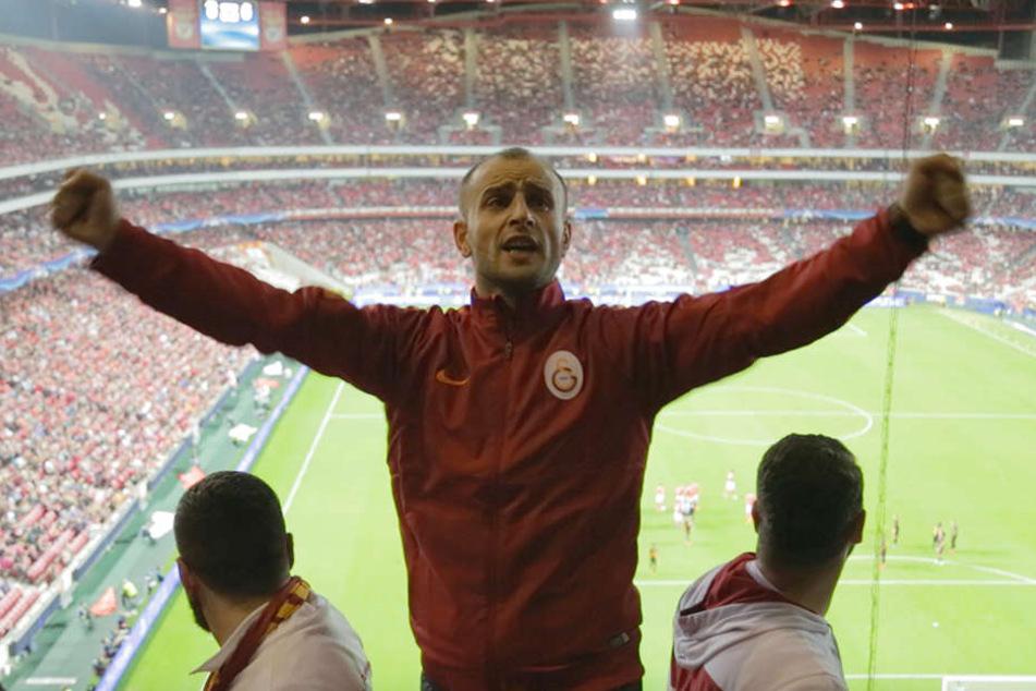 Ein Capo peitscht die Galatasaray-Fans an.