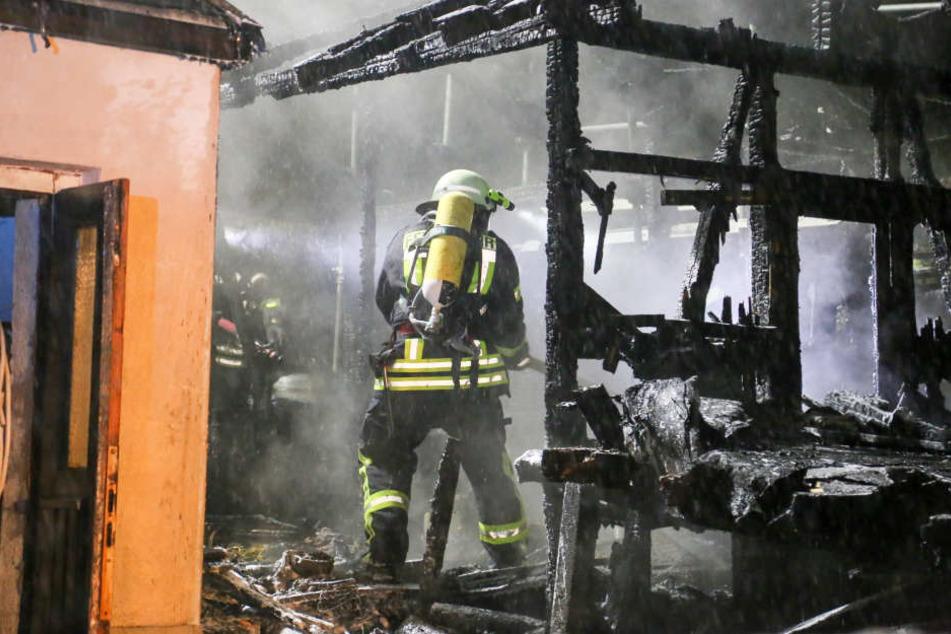 Die Feuerwehr löschte den brennenden Schuppen unter schwerem Atemschutz.