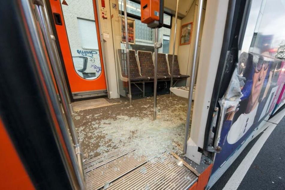 Enormer Schaden: Lastwagen kracht in Stadtbahn