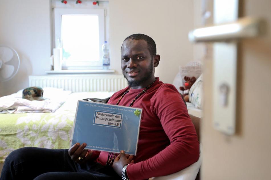 Der Flüchtling Pa Saido Ngum aus Gambia sitzt in seiner Unterkunft. Ngum hat einen bewaffneten Räuber festgehalten und der Polizei übergeben. Er erhielt dafür eine Auszeichnung für Zivilcourage. (Archivbild)