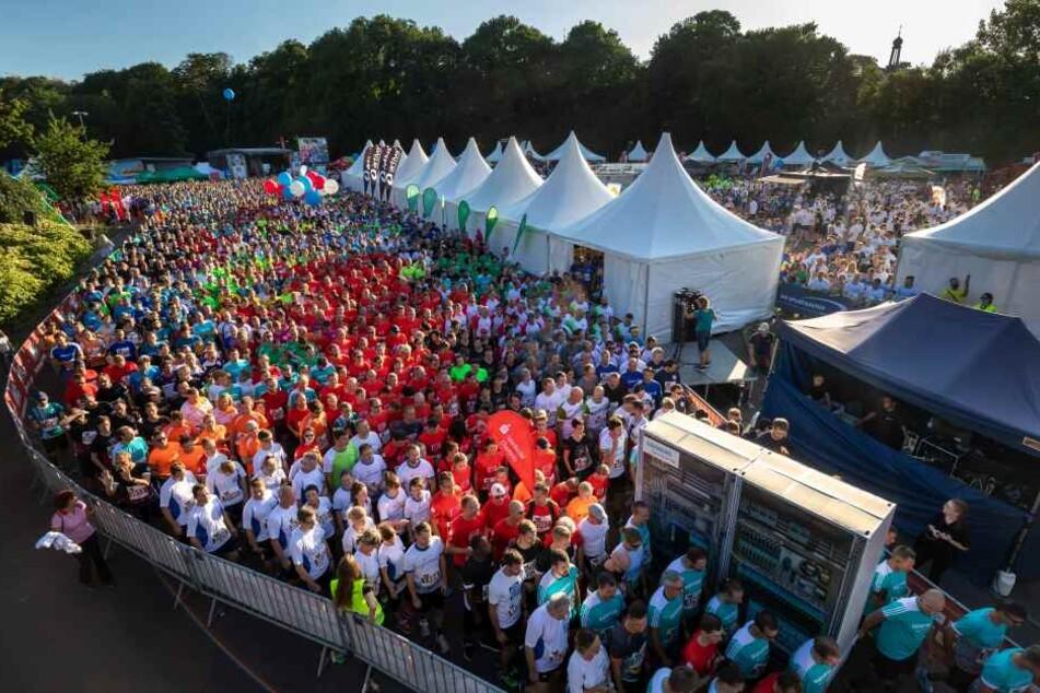 Die über 10.000 Teilnehmer starteten 18 Uhr auf dem Hartmannplatz.