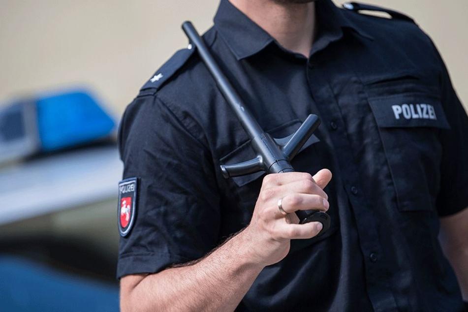 Die Polizei konnte nur noch die Scheiben einschlagen (Symbolbild).