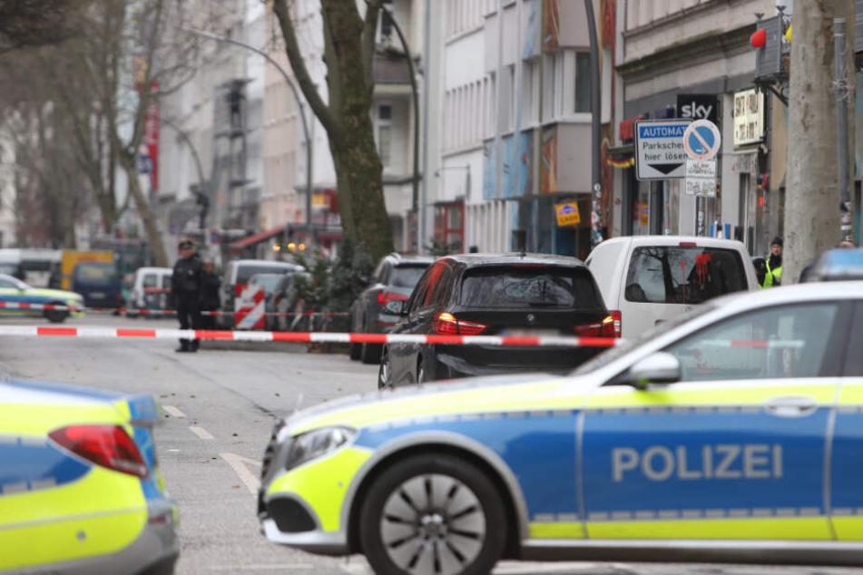 Die Polizei sperrte die Straße rund um den Tatort ab.