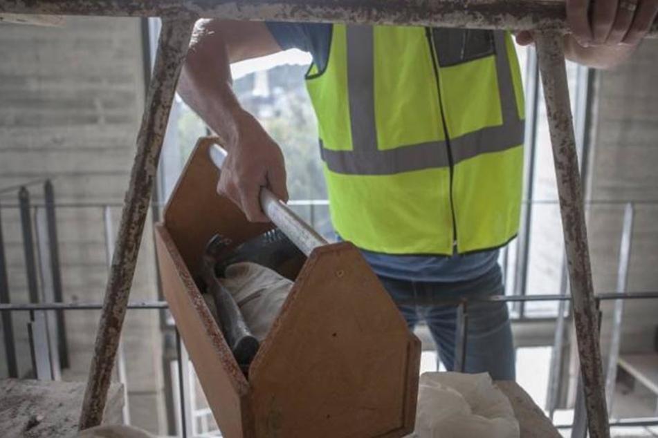 Bei Reparatur-Arbeiten an einem Hochhaus stürzte der 28-Jährige 20 Meter in die Tiefe.