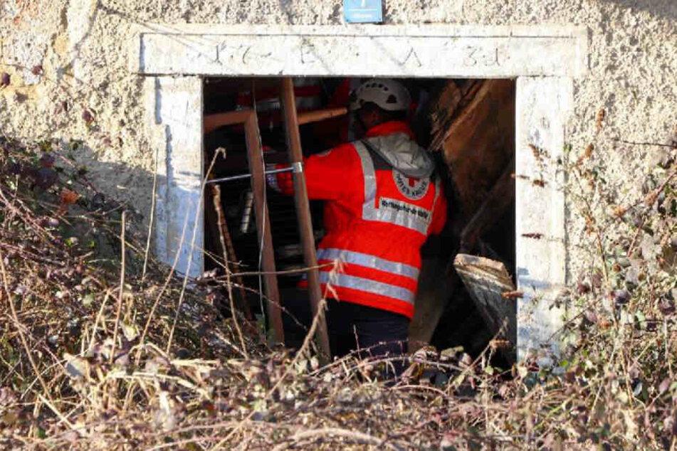 Rettungskräfte suchten in den Trümmern des Hauses nach einem Mann.