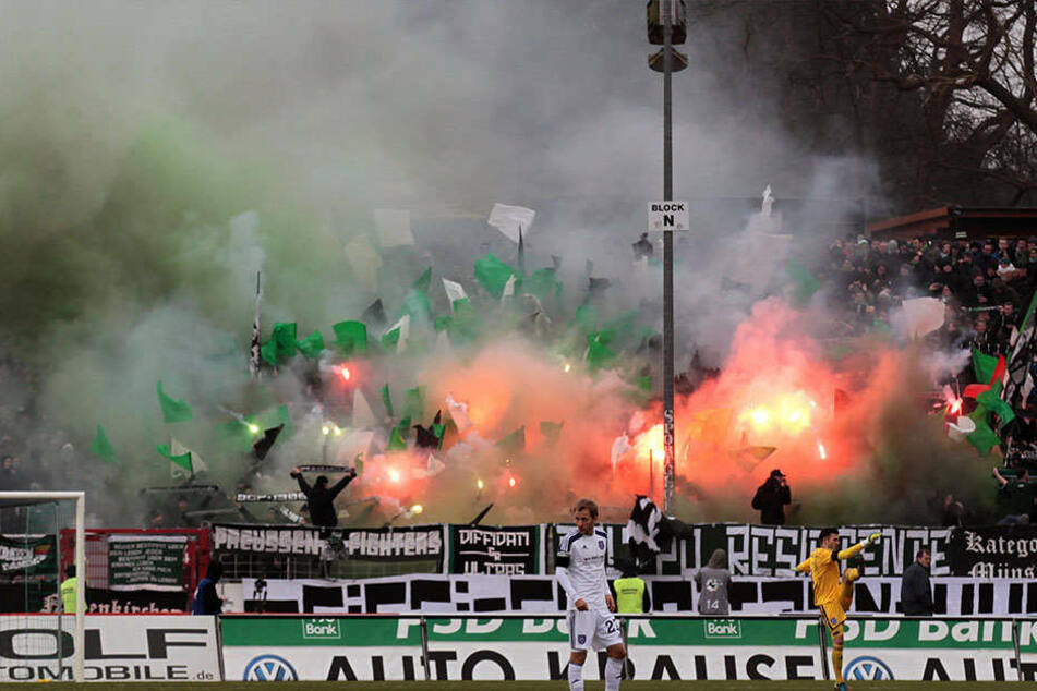 Fans von Preußen Münster brennen in der 3. Liga Pyrotechnik ab.