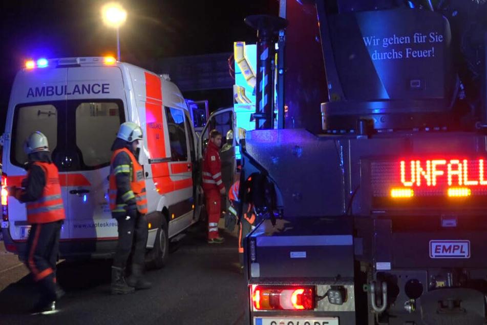 Eine schwerverletzte Frau wurde von den Rettungskräften in einem Krankenwagen abtransportiert.