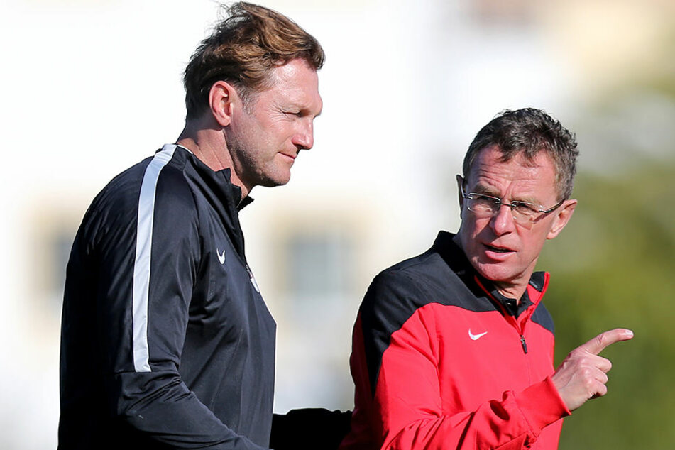Wenn es nach Ralf Rangnick (r.) geht, bleibt Ralph Hasenhüttl (l.) Coach von RB Leipzig.