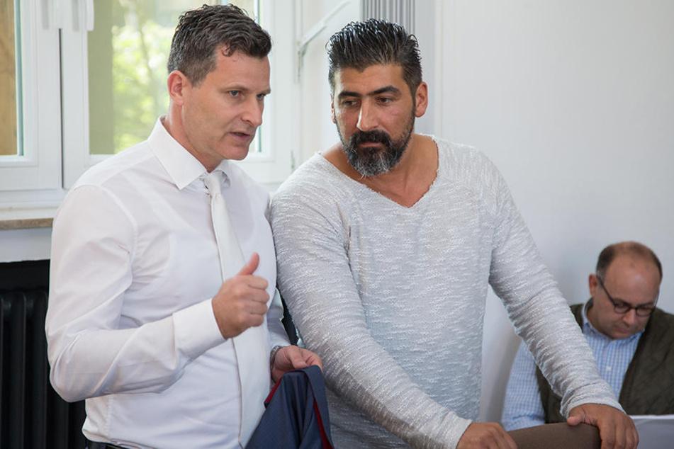 Verteidiger Detlev Binder (l) und sein Mandant Hüseyin Ercan im Amtsgericht inHerford.