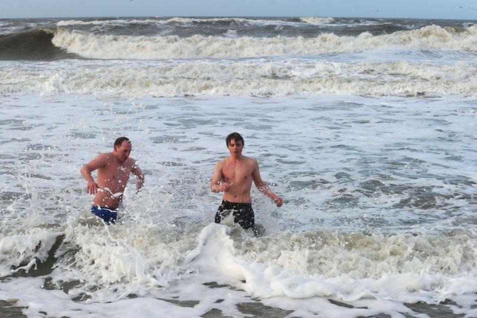 Am Neujahrstag stürzen sich mutige Schwimmer auf der Nordseeinsel Sylt ins eiskalte Wasser. (Archivbild)