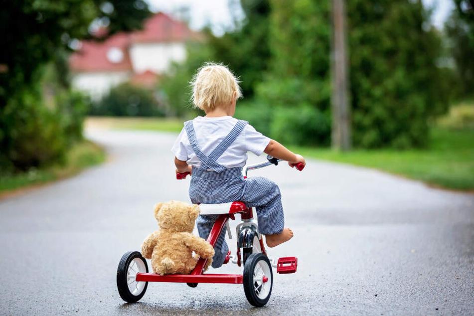 Das Mädchen (1) fuhr nur auf dem Dreirad, als sie plötzlich ein Mann heruntertreten wollte (Symbolbild).