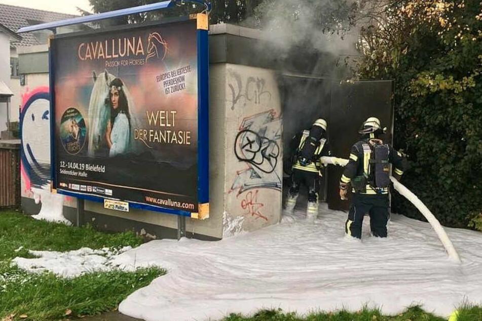 Stromausfall und Warnung der Feuerwehr: Brand in Trafohäuschen hat fatale Folgen
