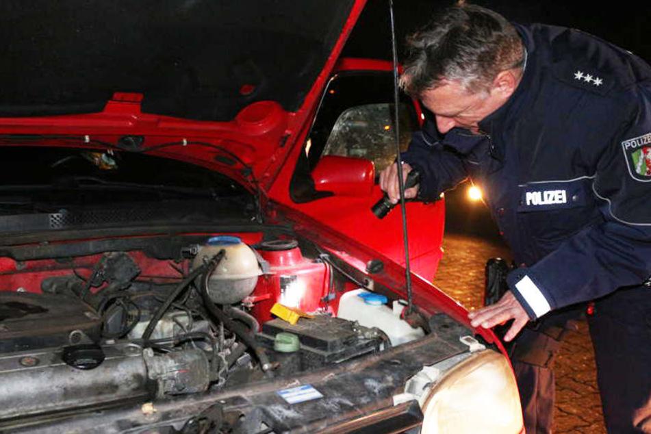 Dirk Albrecht von der Polizeiwache Löhne wirft einen genauen Blick in den roten Golf, den sie aus dem Verkehr gezogen haben.