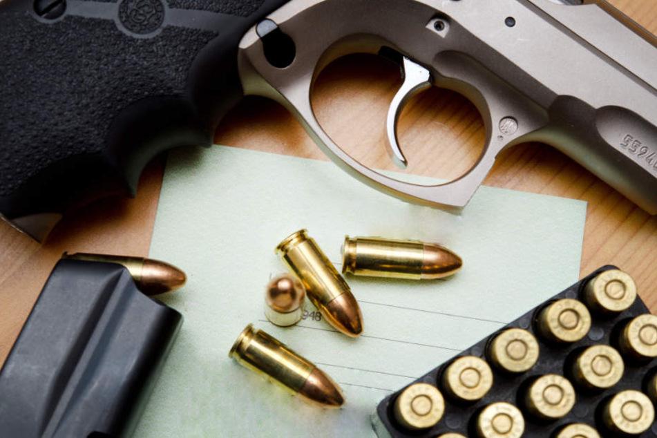 Die Polizei fand bei dem 47 Jahre alten Mann über 70 verschiedene Waffen. (Symbolbild)