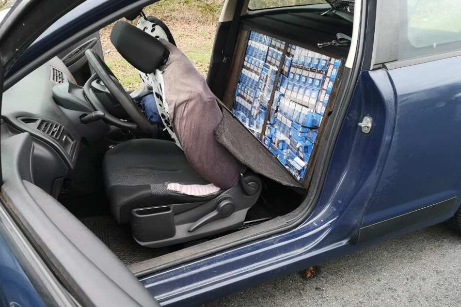 Hinter dem Fahrer- und Beifahrersitz hatte der 28-Jährige rund 80.000 Zigaretten versteckt.