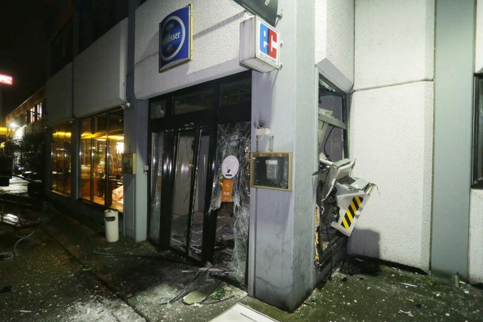Zwei unbekannte Täter haben in der Nacht zum 1. Weihnachtstag den Geldautomaten gesprengt und sind mit ihrer Beute geflüchtet.