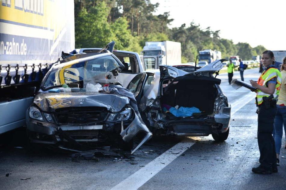 Bei einem Massencrash auf der A6 sind zwei Menschen ums Leben gekommen. Neun weitere wurden schwer verletzt.