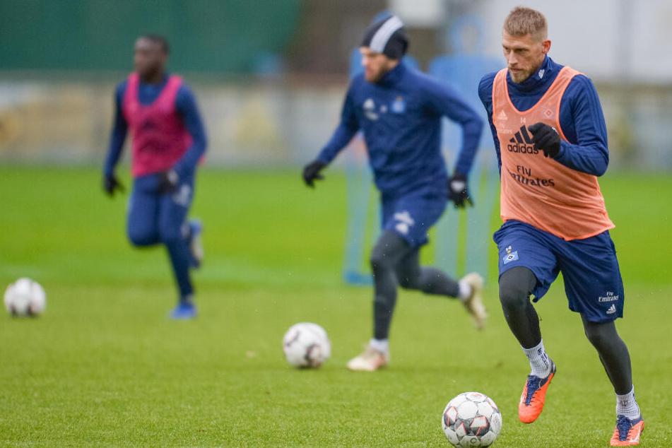 HSV-Kapitän Aaron Hunt (rechts) steht nach seiner Verletzungspause wieder auf dem Trainingsplatz.