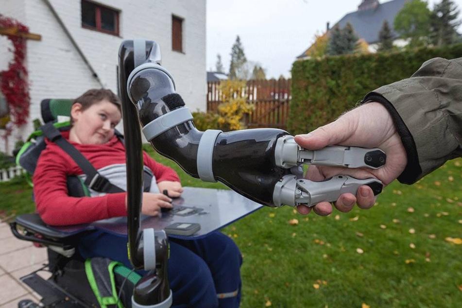 """Fester """"Händedruck"""" dank Robo-Arm: Mit Jacos Hand kann Noah seine Besucher  sogar mit Handschlag samt Händeschütteln begrüßen."""