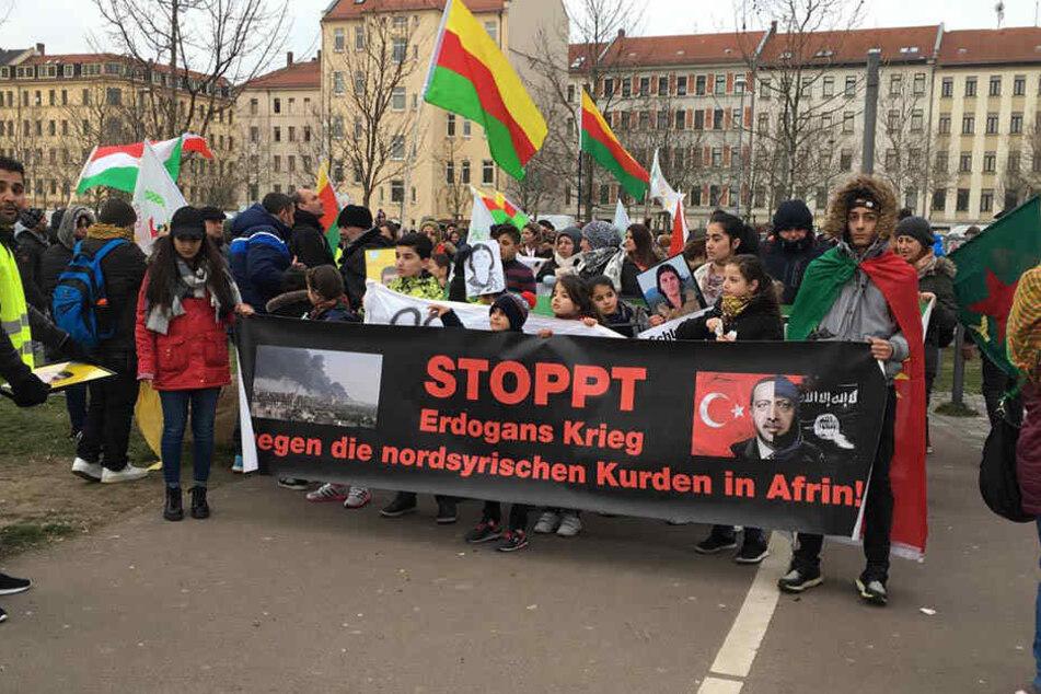 Die Demonstranten zeigten unter anderem Bilder der Todesopfer, die durch die Truppen Erdogans starben.