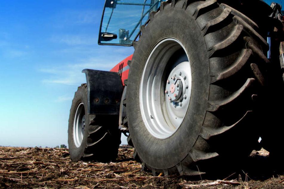 Der 68-Jährige fiel von seinem Traktor und wurde anschließend überrollt. (Symbolbild)