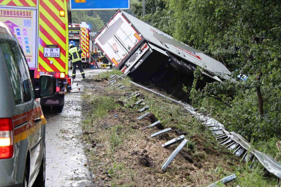 Der Lastwagen-Fahrer kam von der Fahrbahn ab und verunglückte tödlich.