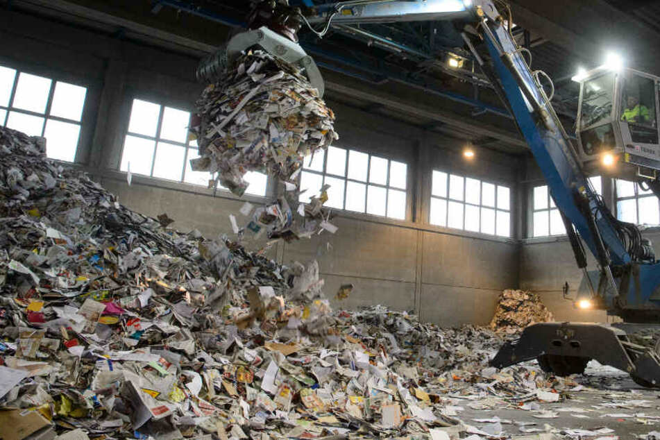 Schock in Recyclingbetrieb: Mann wird in Papierhaufen versenkt