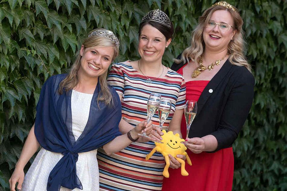 Freuen sich auf die Dresdner Weinliebhaber: Die Weinköniginnen Carolin Klöckner (22, v.l.), Franziska Aatz (28) und Maria Lehmann (28).