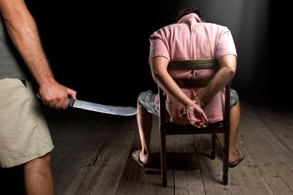 Der Mann (29) wurde durch Schläge, Tritte und Messerstiche schwer verletzt (Symbolbild).