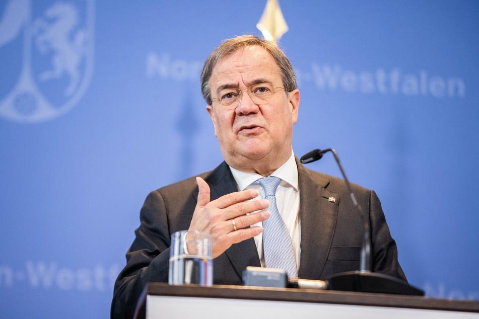 Der nordrhein-westfälische Ministerpräsident Armin Laschet (59, CDU) spricht sich für ein Einreiseverbot für Reisende aus Großbritannien aus.