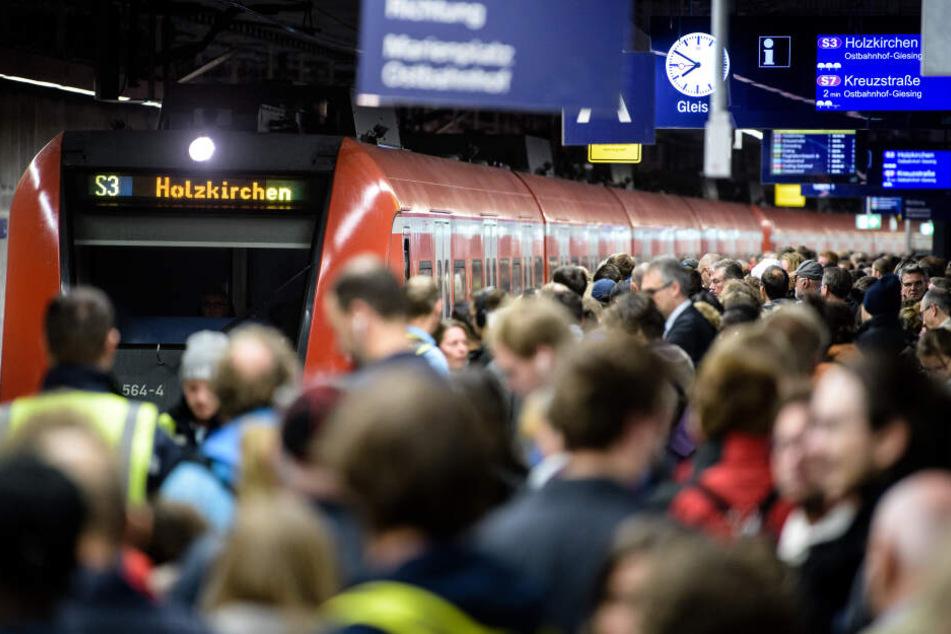 Zahlreiche Menschen warten an einem Bahnsteig des Hauptbahnhofs München auf eine S-Bahn. Nach der Sperrung rollt der Verkehr wieder.